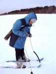 Агрометеоролог на снегосьемке измеряет глубину промерзания почвы в поле
